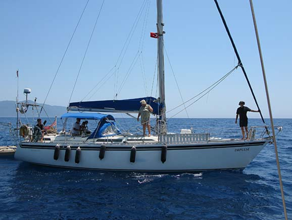 Gina, centre, with John of 'Odin' at the bow and Johnny of 'Chagazee' at the helm.
