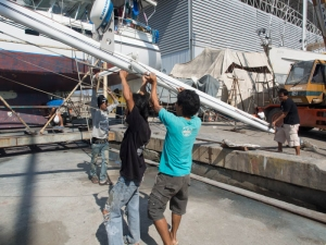 Lowering the mast and positioning it Lowering the mast and positioning it onto oil drums onto oil drums